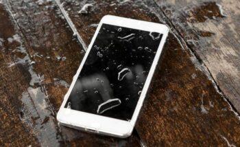 Уронил телефон в воду