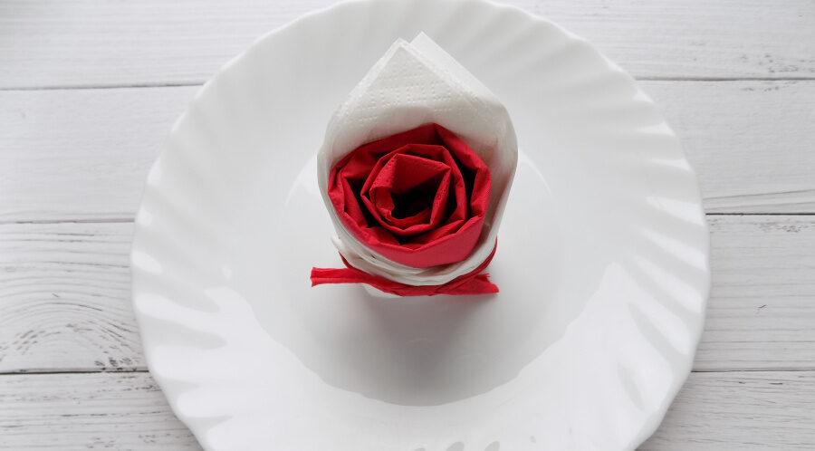 Как сделать розу из салфеток для сервировки стола